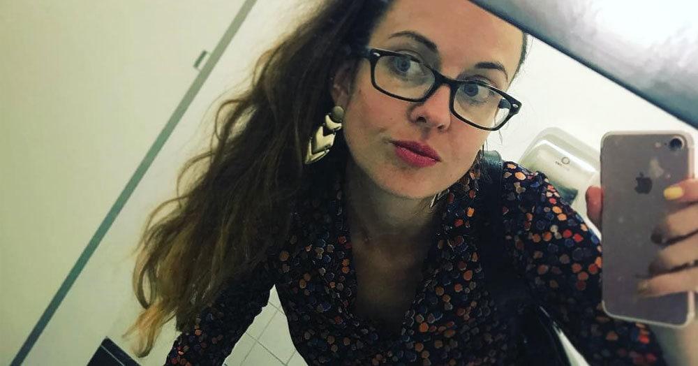 Девушка пришла на работу и слилась с офисным ковром. Пользователи Твиттера взяли и запустили новый флешмоб