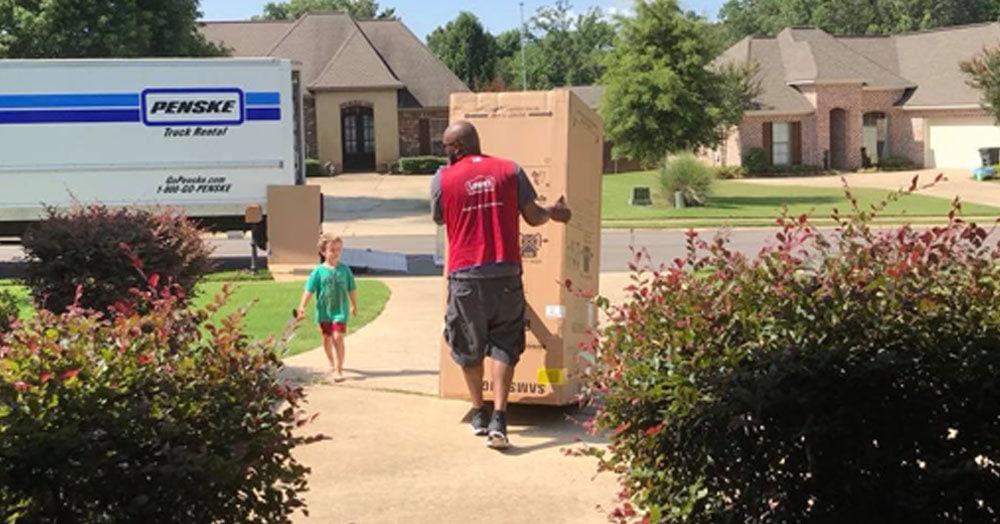 Малыш хотел построить дом из коробки, но новый холодильник пришёл без упаковки. На помощь пришёл грузчик