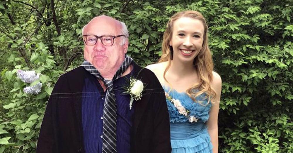 Девушка пришла на выпускной с картонным Дэнни Де Вито. Он это оценил и решил ответить ей в своём стиле