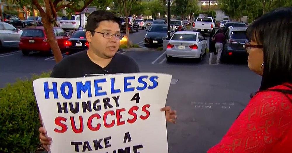 Парень остался бездомным и вышел на улицу с плакатом о поиске работы. Ему позвонили даже из Google!