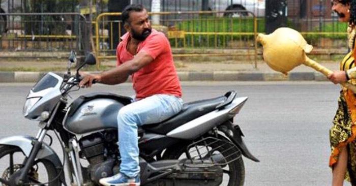 Чтобы мотоциклисты в Индии носили шлем, за ними бегает бог смерти. В прямом смысле