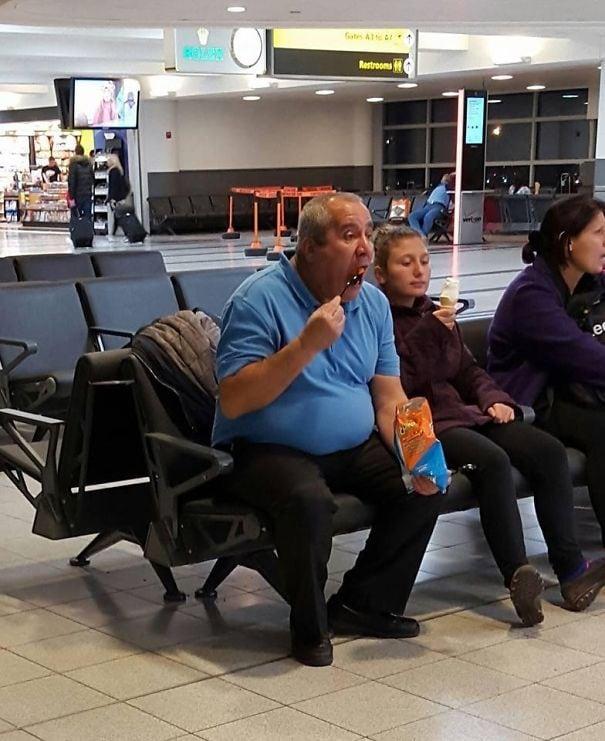 Этот случайный парень ел сумку с лимонами. С вилкой. В аэропорту...