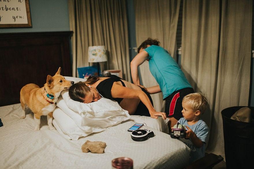 Женщина не замечала, что во время родов её корги всегда был рядом, но позже ей показали эти снимки 5