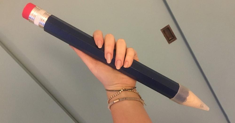 Девушке подарили огромный карандаш, которому нашлось идеальное применение — разыгрывать сокурсников