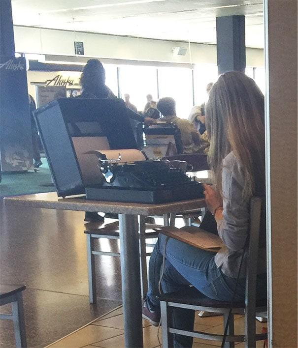 Хипстеры в эти дни ... Только ваш типичный день в аэропорту Сиэтла