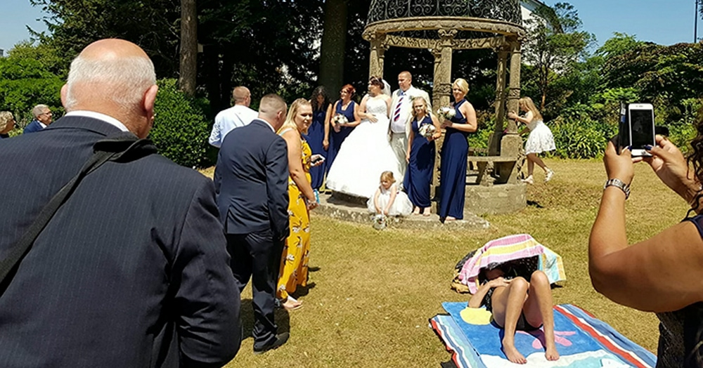 Загорающая женщина отказалась уходить ради свадебного фото и стала причиной очередного Интернет-спора