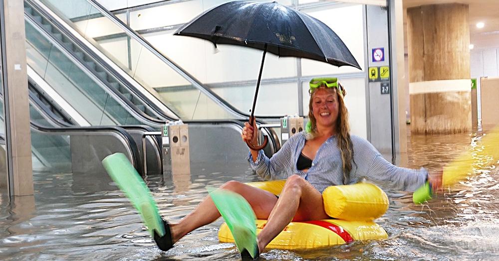 В Швеции ливень затопил подземный переход, но жители не растерялись и превратили его в бассейн