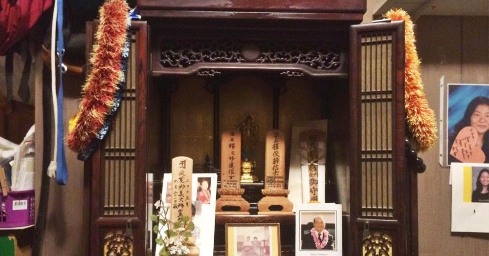 Японец почти поверил в духов, заметив, что с семейным алтарём творится неладное. Но виновен был кот