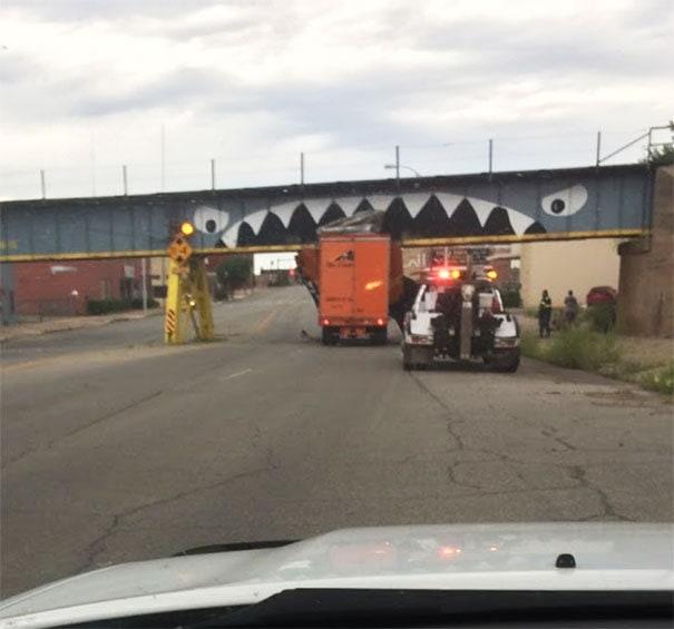 Мост грузового транспорта в моем родном городе утверждает, что еще одна жертва