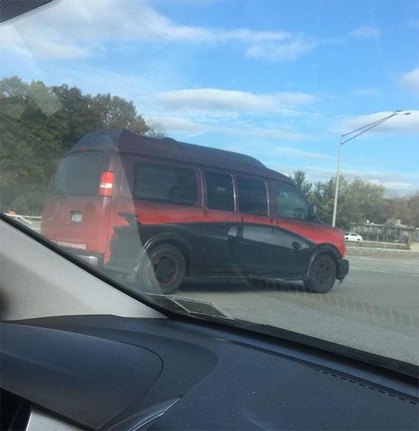 Этот Ван изображен, чтобы выглядеть как спортивный автомобиль