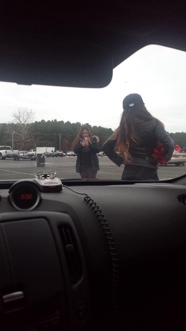 У них нет понятия, что я в машине. Должен ли я честно?