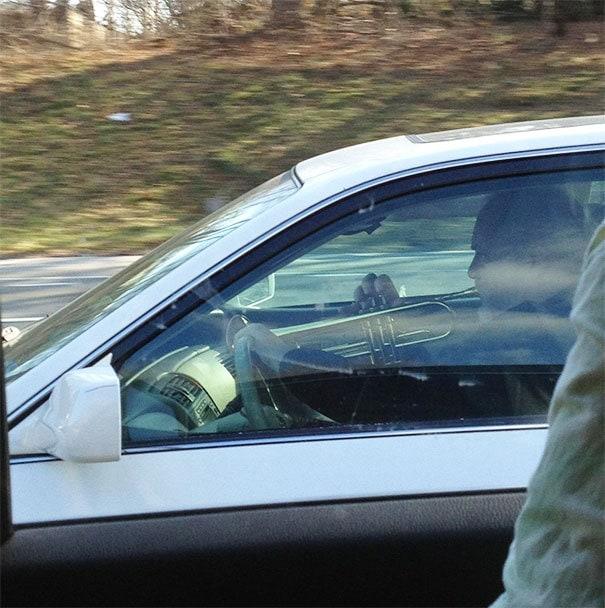 Я также видел человека, играющего на трубе во время вождения
