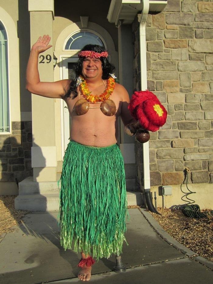 dad waves at school bus trolls son costumes 245 5b83f13a440f4  700 - Сыну было неловко, что отец провожает его в школу, и он попросил не делать так. Папа воспринял это как вызов
