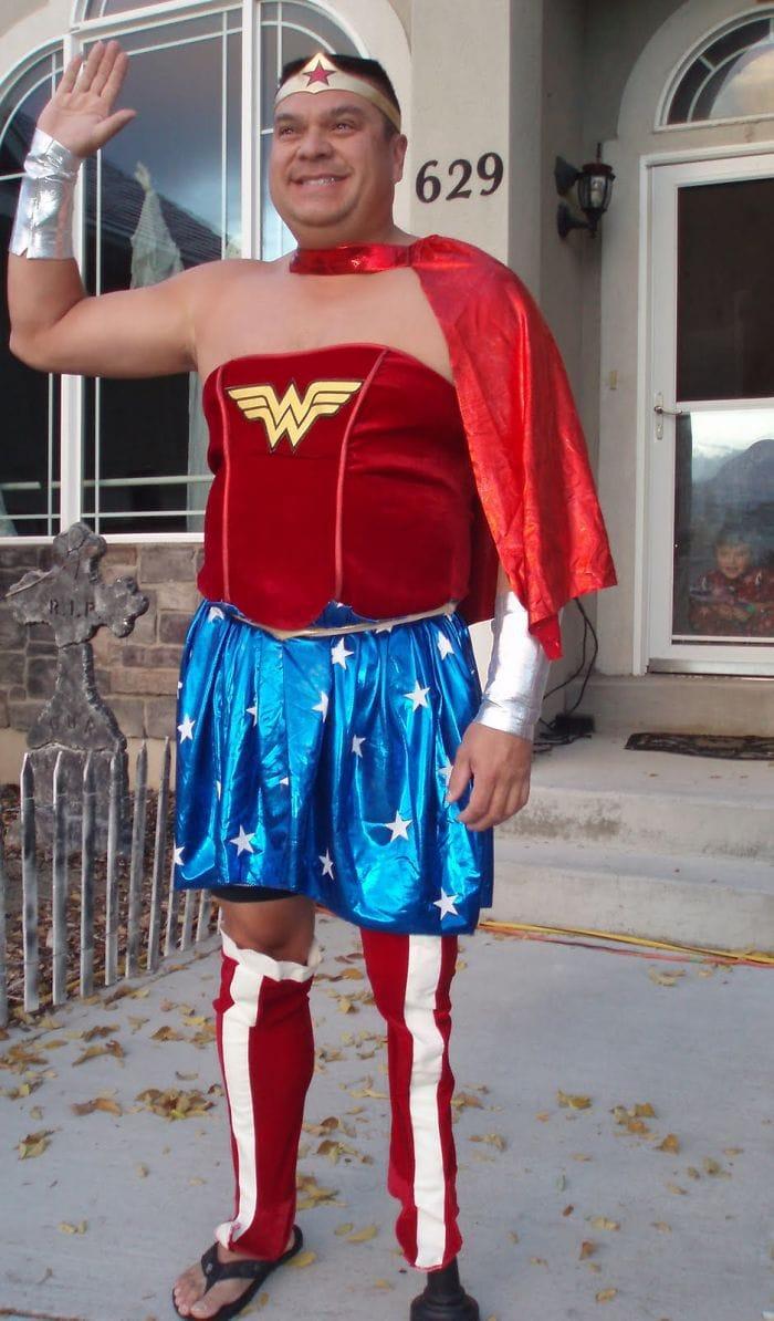dad waves at school bus trolls son costumes 5b83e855562ae  700 - Сыну было неловко, что отец провожает его в школу, и он попросил не делать так. Папа воспринял это как вызов