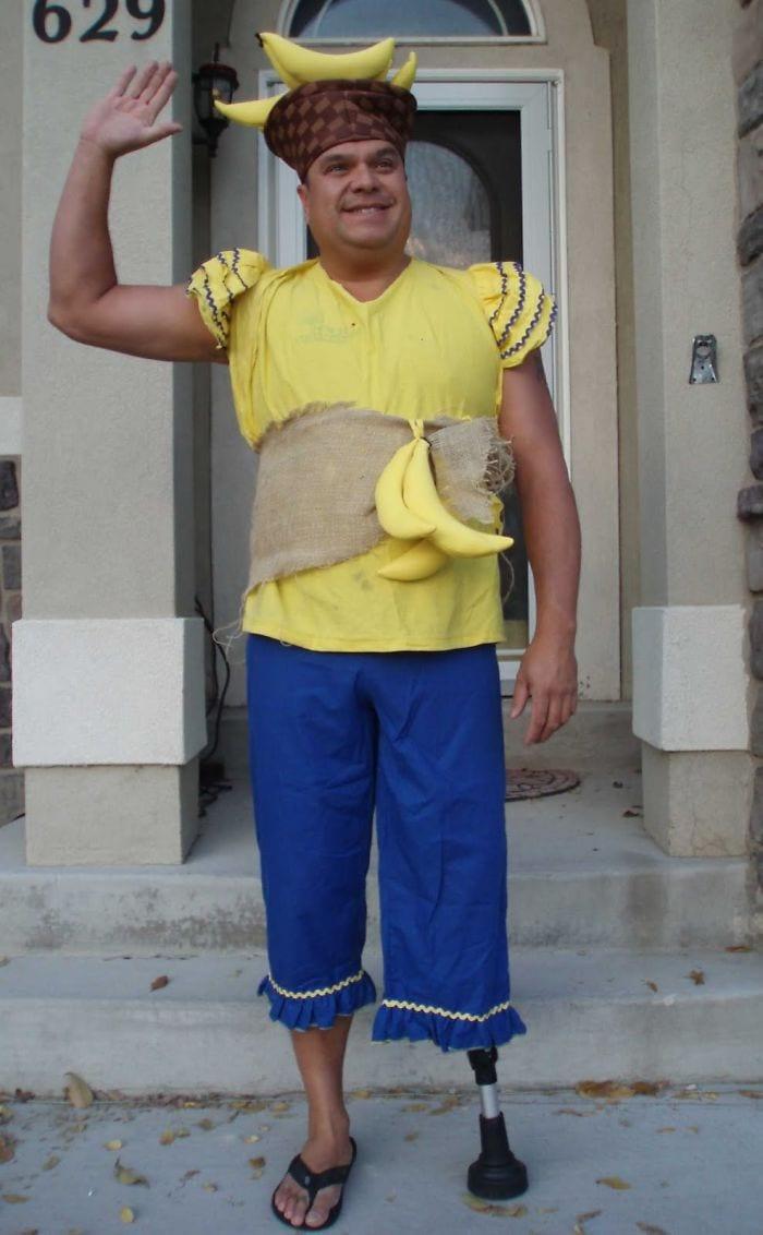 dad waves at school bus trolls son costumes 5b83e8650c586  700 - Сыну было неловко, что отец провожает его в школу, и он попросил не делать так. Папа воспринял это как вызов