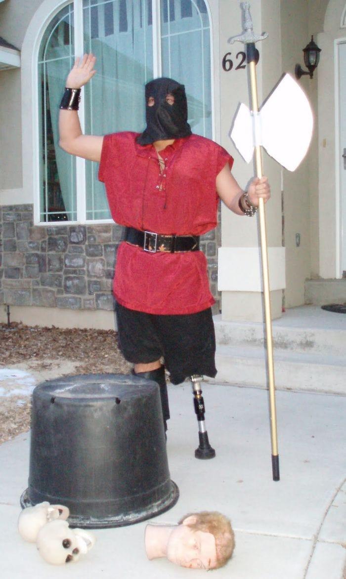dad waves at school bus trolls son costumes 5b83e8ee708f6  700 - Сыну было неловко, что отец провожает его в школу, и он попросил не делать так. Папа воспринял это как вызов