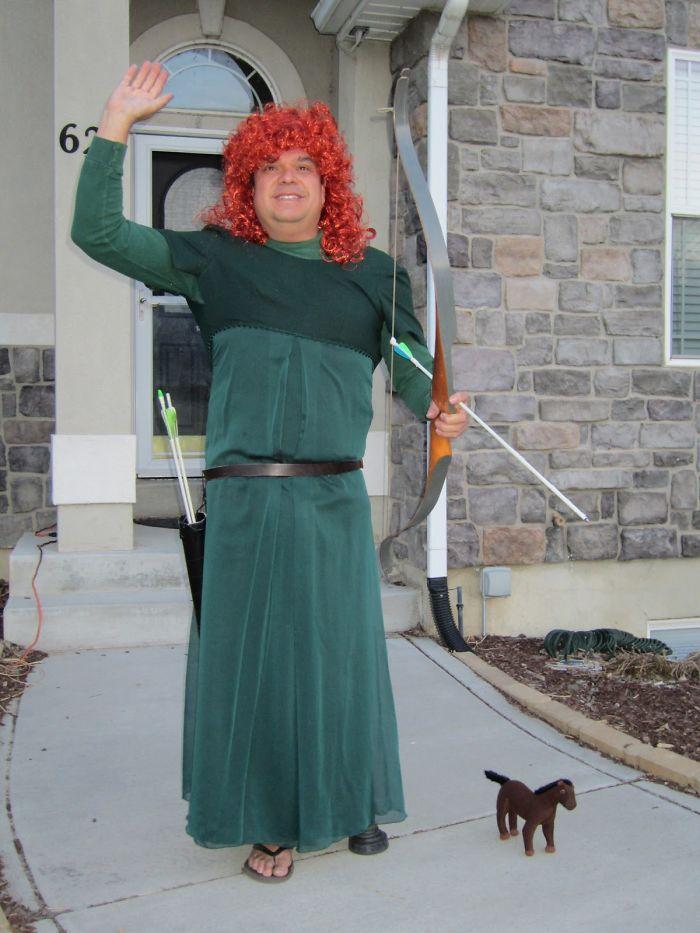 dad waves at school bus trolls son costumes 5b83e9141febc  700 - Сыну было неловко, что отец провожает его в школу, и он попросил не делать так. Папа воспринял это как вызов