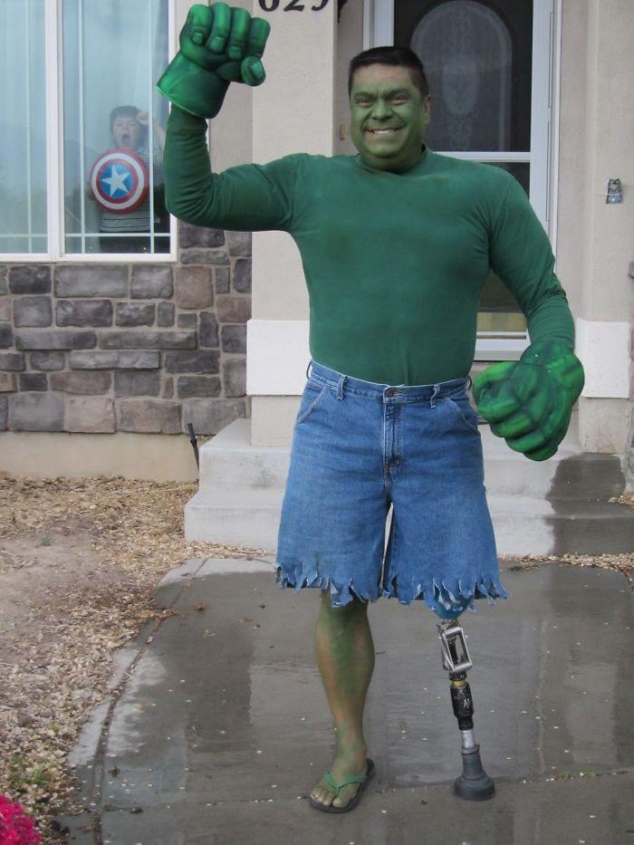 dad waves at school bus trolls son costumes 5b83e9648dcb4  700 - Сыну было неловко, что отец провожает его в школу, и он попросил не делать так. Папа воспринял это как вызов