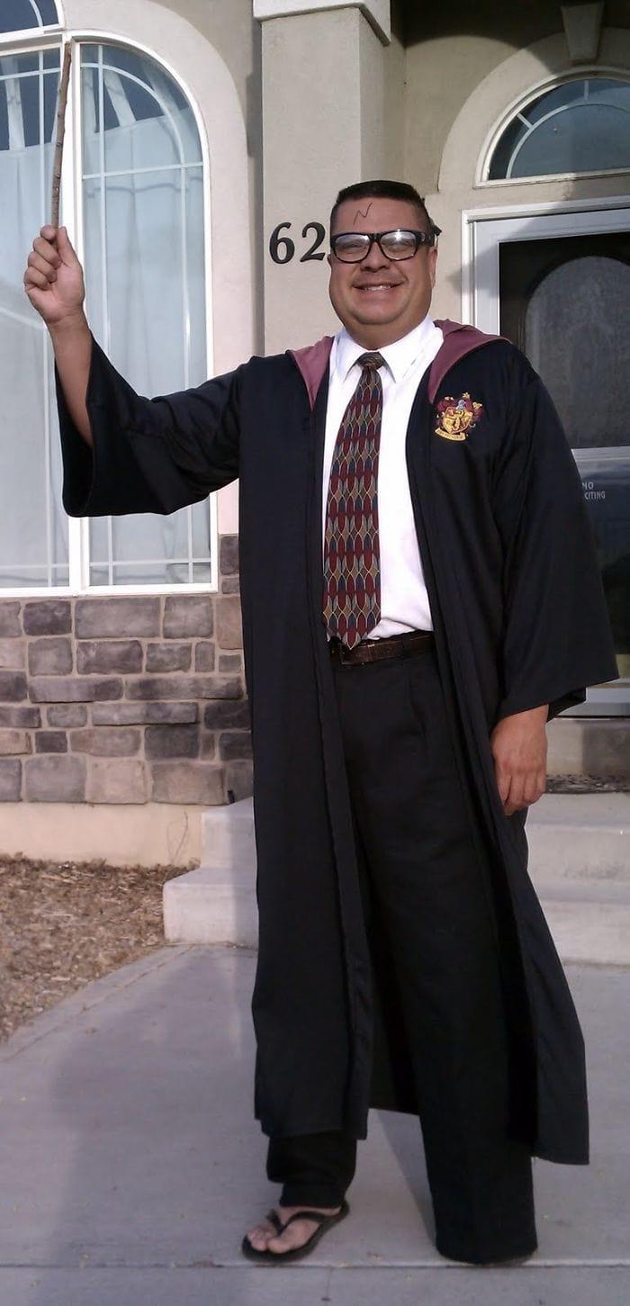dad waves at school bus trolls son costumes 5b83e9e3770bf  700 - Сыну было неловко, что отец провожает его в школу, и он попросил не делать так. Папа воспринял это как вызов