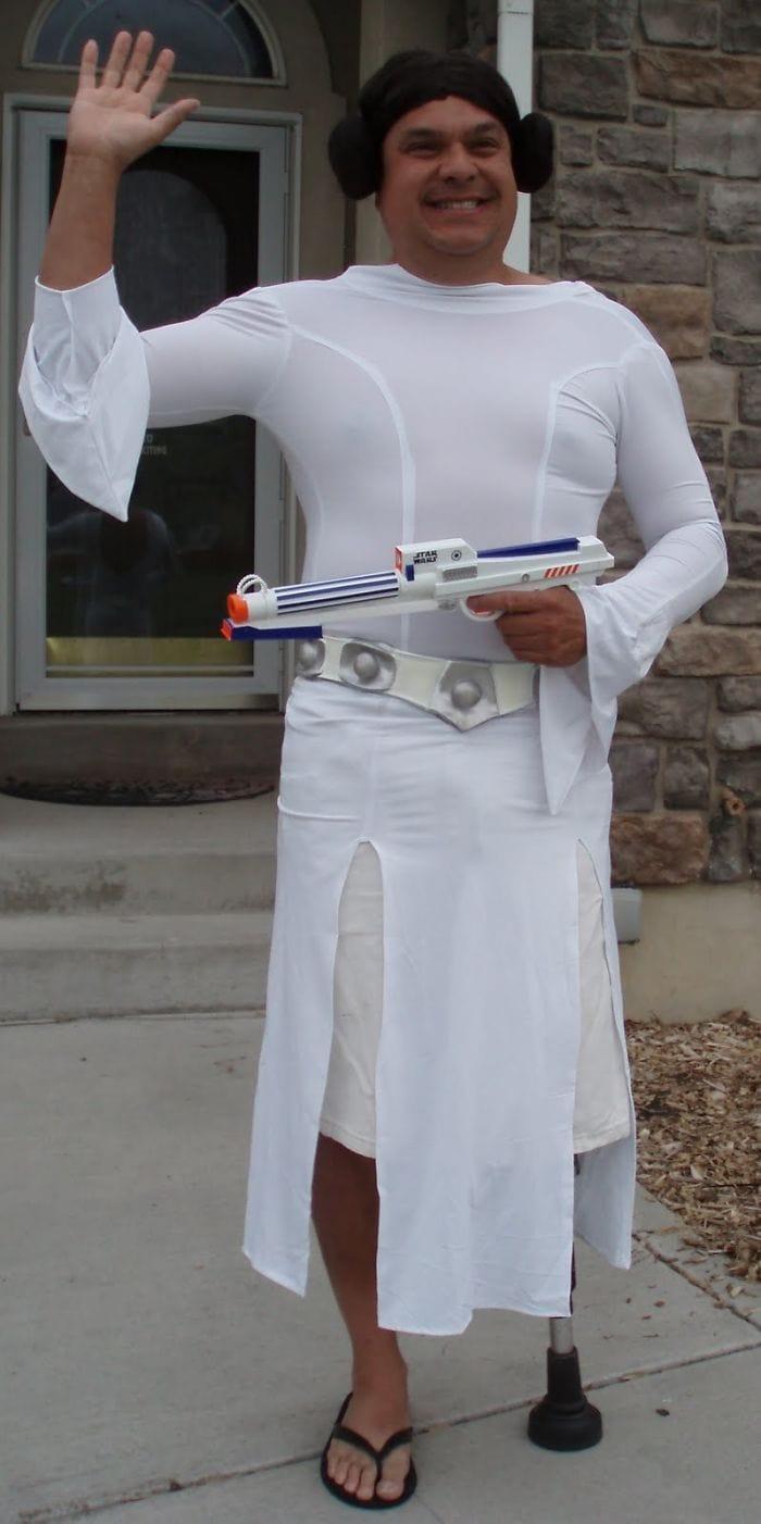 dad waves at school bus trolls son costumes 5b83e9f830b77  700 - Сыну было неловко, что отец провожает его в школу, и он попросил не делать так. Папа воспринял это как вызов
