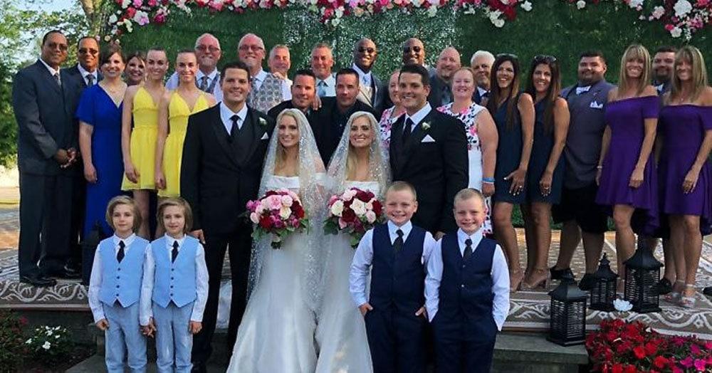 Это свадебное фото выглядит так, будто всех скопировали в фотошопе. Но на самом деле они реальны