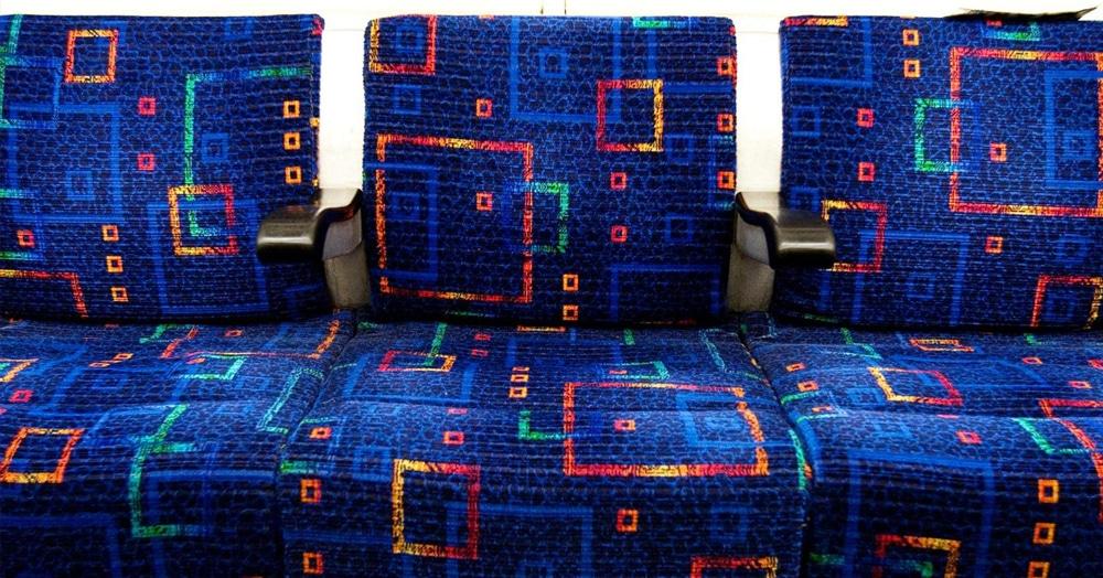 В сети объяснили, почему во всех автобусах сидения имеют такую яркую обивку. Звучит вполне логично!