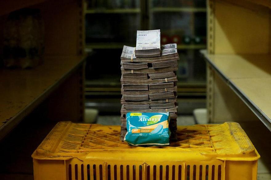 Фотограф из Венесуэлы показал последствия инфляции, положив рядом продукты и сумму денег, которую они стоят