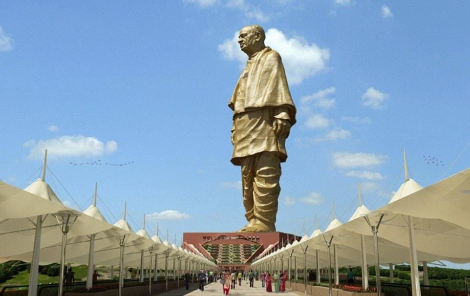 В Индии возвели самую высокую статую в мире, и чтобы оценить масштаб, нужно взглянуть на её ноги 6