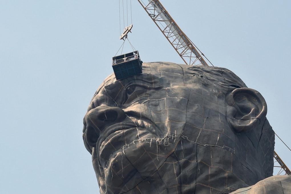 В Индии возвели самую высокую статую в мире, и чтобы оценить масштаб, нужно взглянуть на её ноги 5