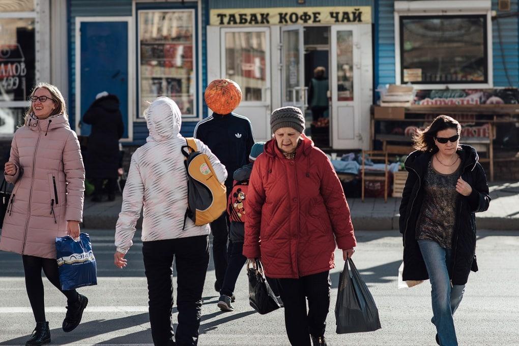 Фотограф из Новосибирска добавила России немного Хеллоуина и создала Тыкваря — парня с тыквой на голове 5