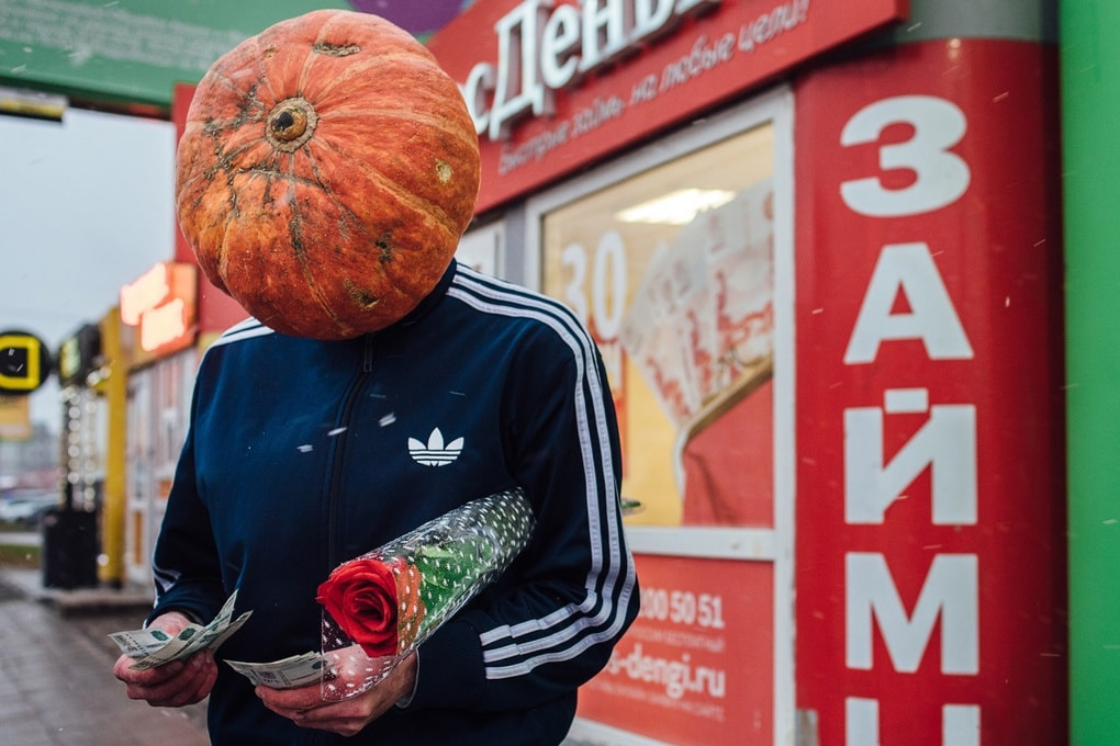 Фотограф из Новосибирска добавила России немного Хеллоуина и создала Тыкваря — парня с тыквой на голове 7
