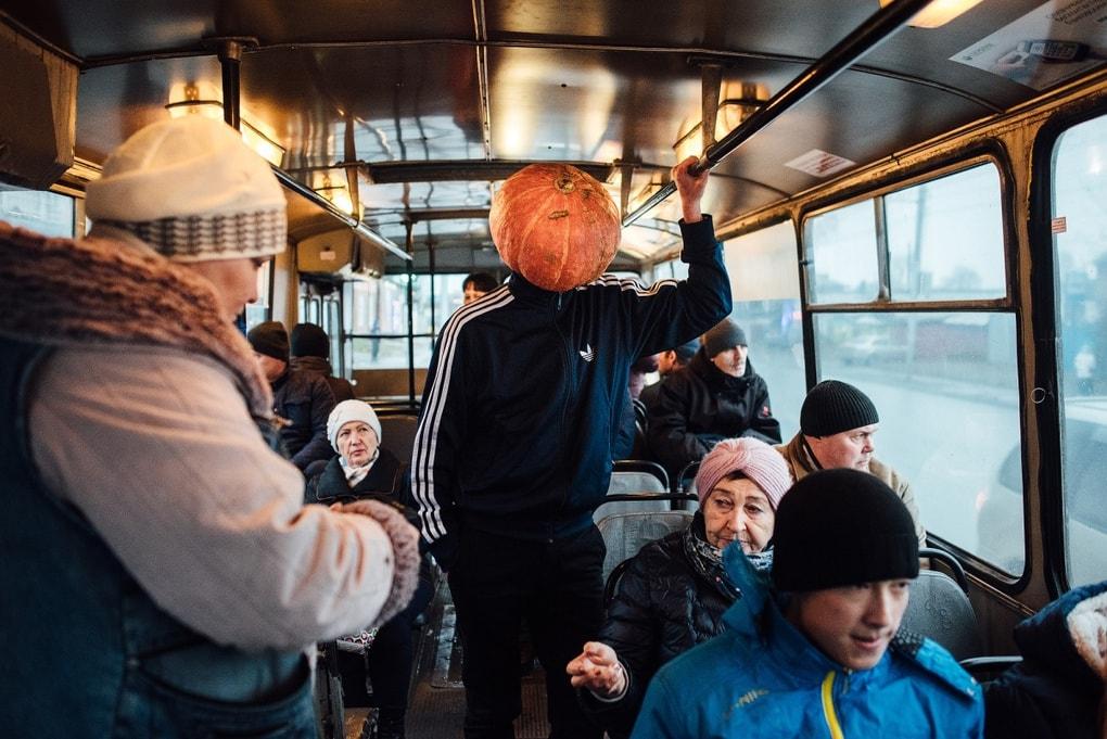 Фотограф из Новосибирска добавила России немного Хеллоуина и создала Тыкваря — парня с тыквой на голове 9