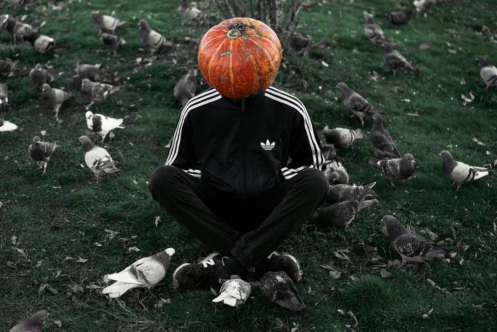Фотограф из Новосибирска добавила России немного Хеллоуина и создала Тыкваря — парня с тыквой на голове 1