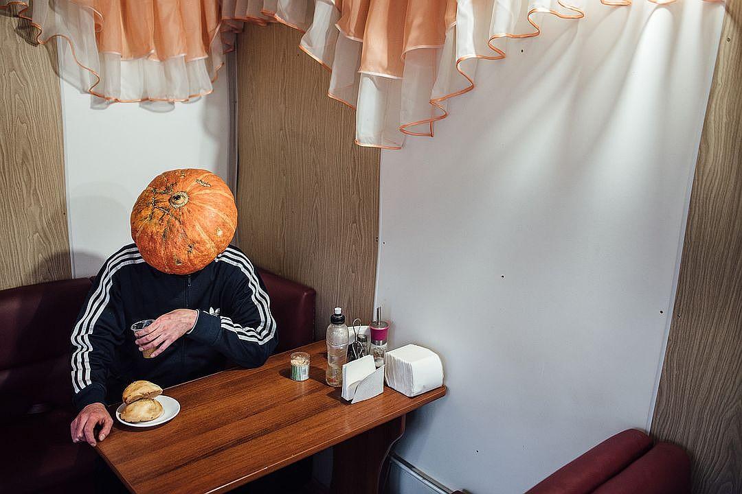 Фотограф из Новосибирска добавила России немного Хеллоуина и создала Тыкваря — парня с тыквой на голове 2