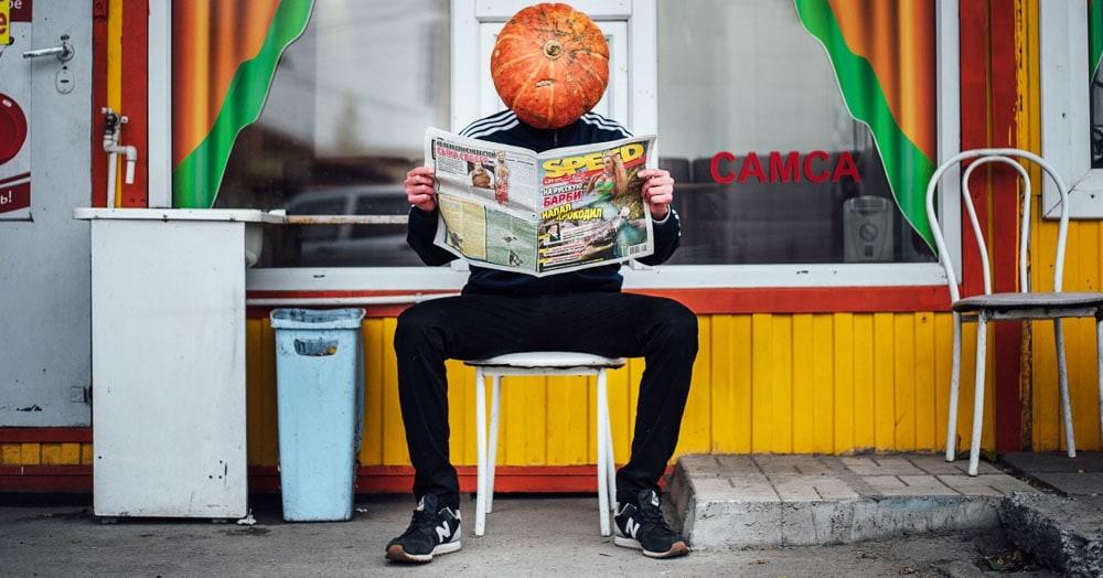 Фотограф из Новосибирска добавила России немного Хеллоуина и создала Тыкваря — парня с тыквой на голове