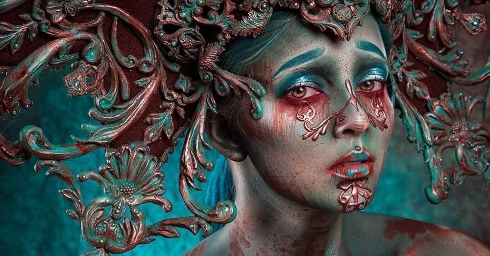 Девушка делает потрясающий макияж и фантастические головные уборы, создавая чарующие мрачные образы