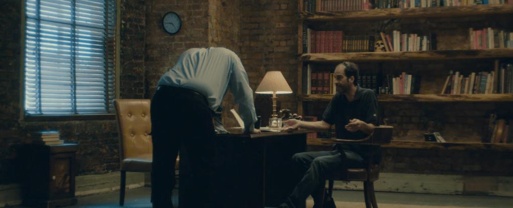 Помощница режиссёра предложила найти ляпы в отрывке из фильма и показала, чем плоха невнимательность 12