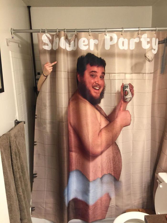Я сделал свою жену занавеской для душа, пил пиво в душе. Она не была впечатлена