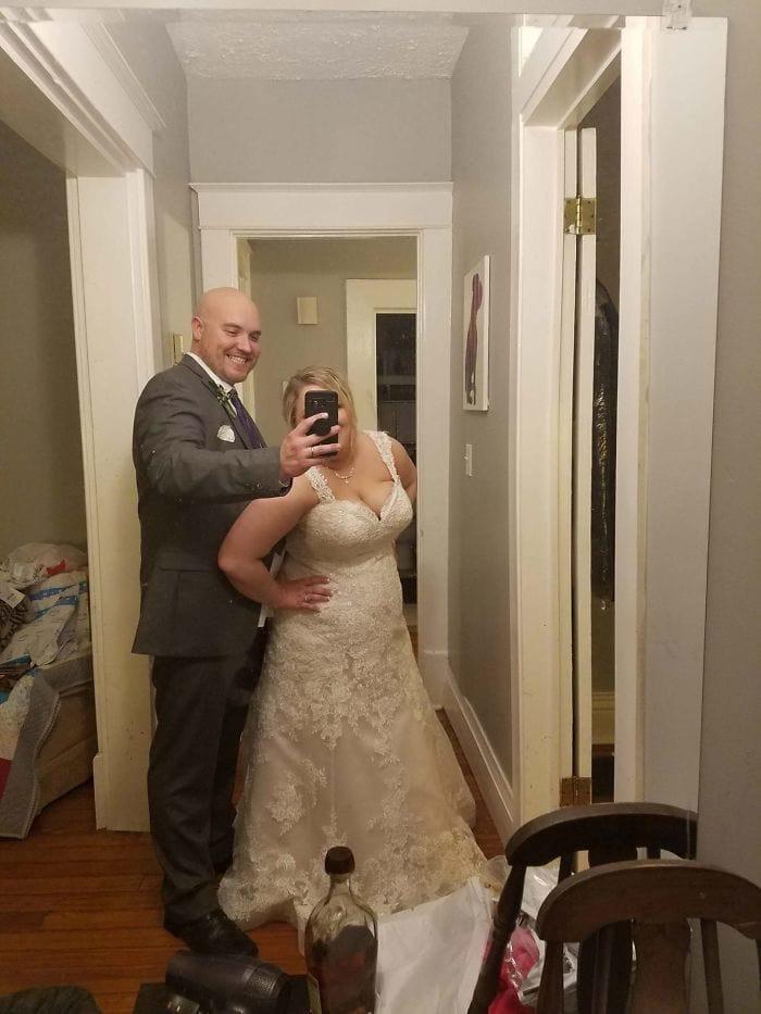 Попросил моего мужа взять фотографию нас на нашу свадебную ночь. Это было его единственное изображение