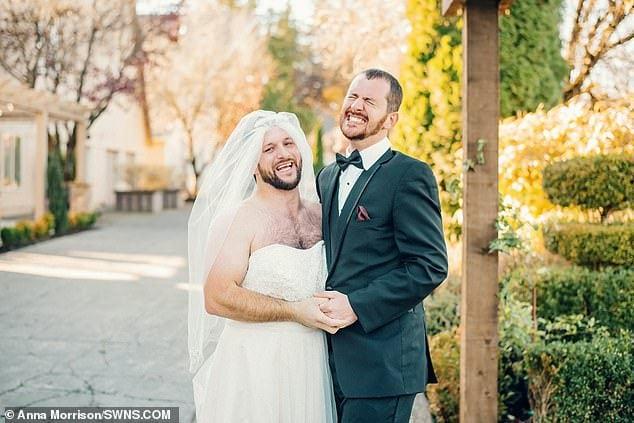 Жених повернулся, чтобы увидеть свою невесту в платье, но не смог сдержать смех. А всё из-за друга шутника