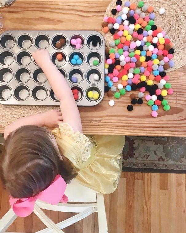 Попросите вашего ребенка сортировать маленькие вещи, как фальшивые шары или красочные пасты в кастрюле сдобы