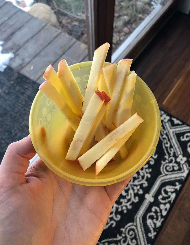 Французский Фрай Яблоки Кто-нибудь? Когда ваш малыш не хочет яблок, отрежьте их, как это, и притворись, что вы сделали яблочный французский фри