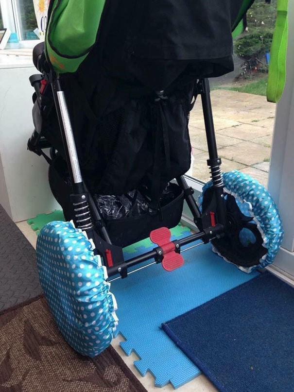 Если вам нужно принести коляску в помещении, наденьте душевые колпачки на колеса, чтобы предотвратить приведение грязи внутрь