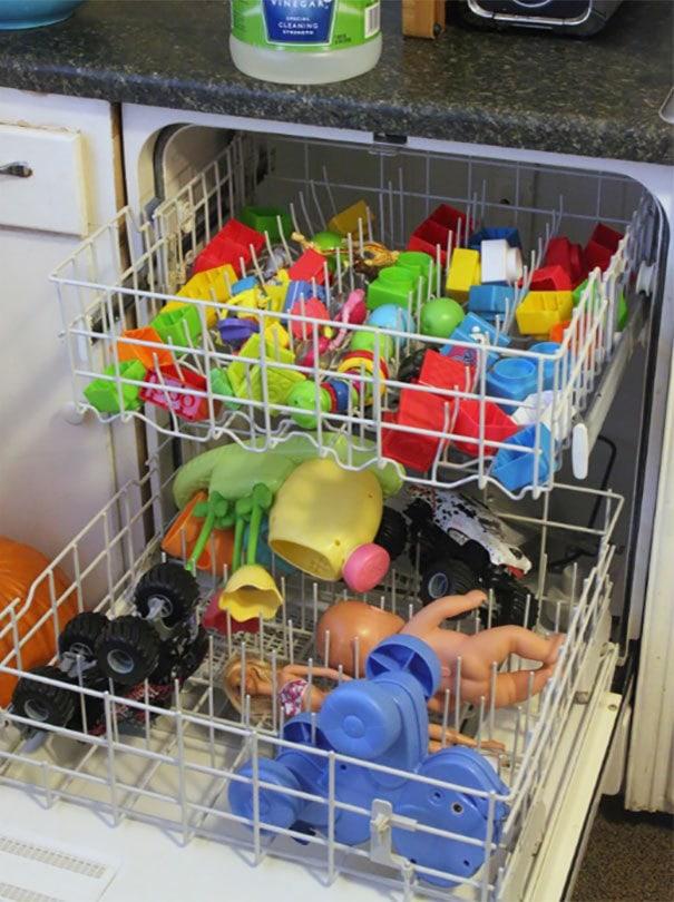 Чистые неэлектронные пластиковые игрушки в посудомоечной машине