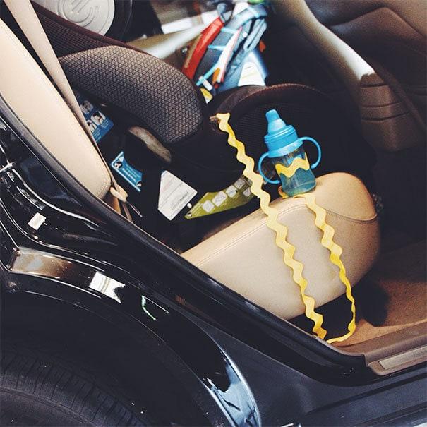 Прикрепите кубок Sippy к автомобильному сиденью вашего малыша. Этот путь вам не придется крутить и выбирать его каждый раз, когда ваш малыш падает