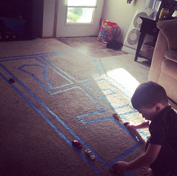 Положите Masking Tape на ковер для вашего ребенка, чтобы играть с игрушечными машинами