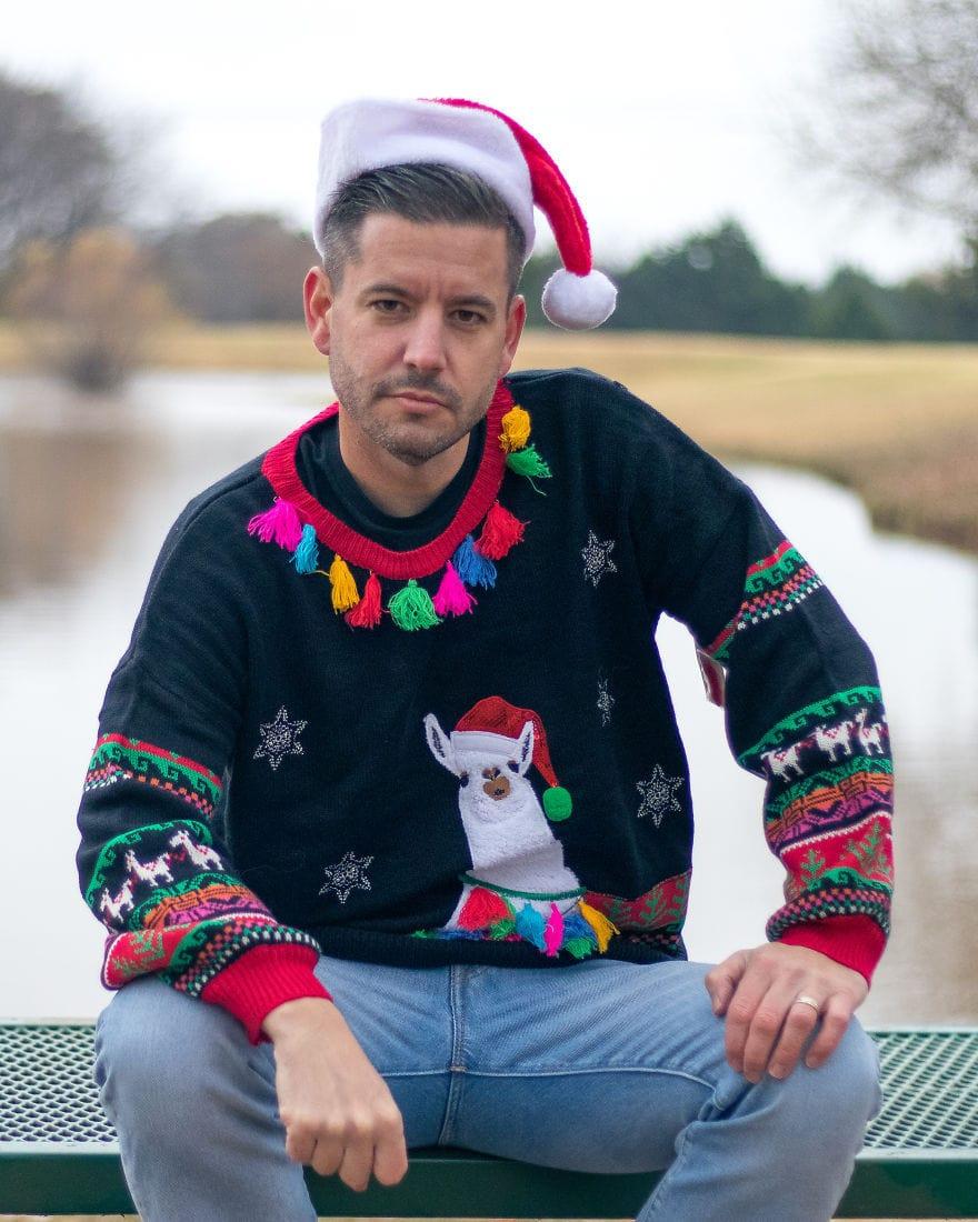 Американец устроил фотосессию в диковатой рождественской одежде. И подошёл со всей серьёзностью! 4