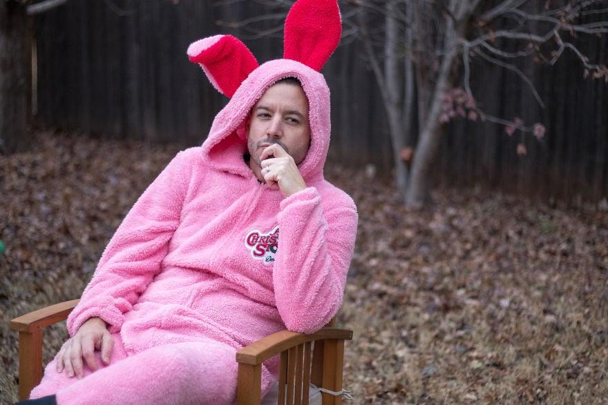 Американец устроил фотосессию в диковатой рождественской одежде. И подошёл со всей серьёзностью! 6