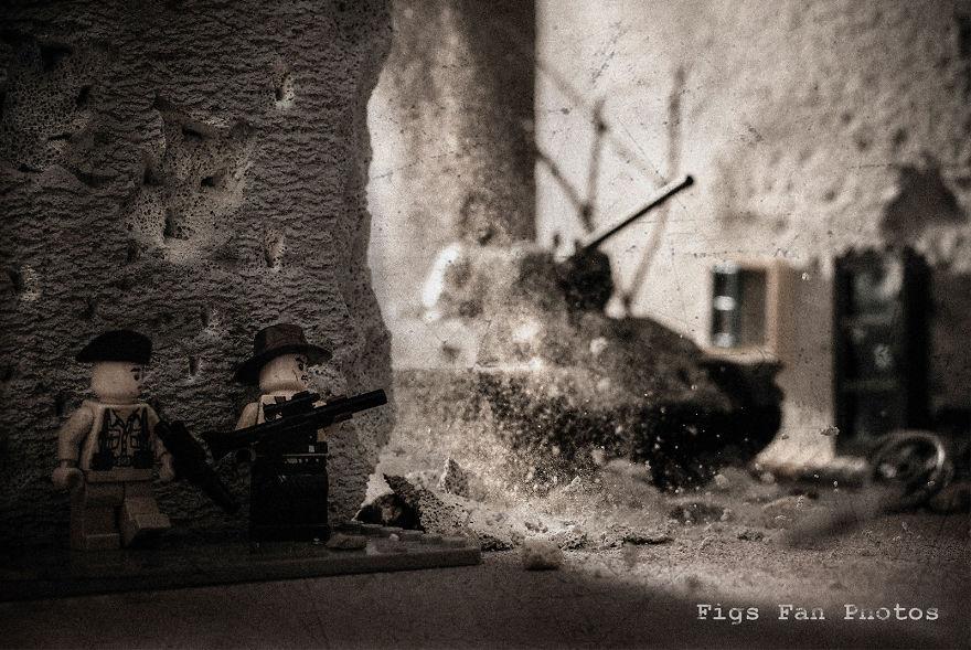 Фотограф снимает игрушки Lego и сам создаёт для них спецэффекты. И вот как выглядят его работы до и после 99