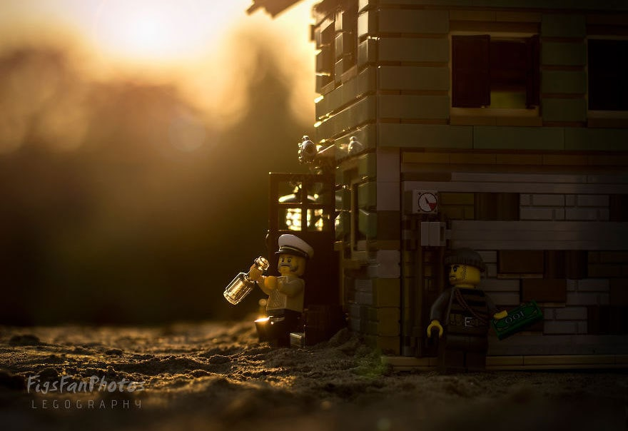 Фотограф снимает игрушки Lego и сам создаёт для них спецэффекты. И вот как выглядят его работы до и после 101